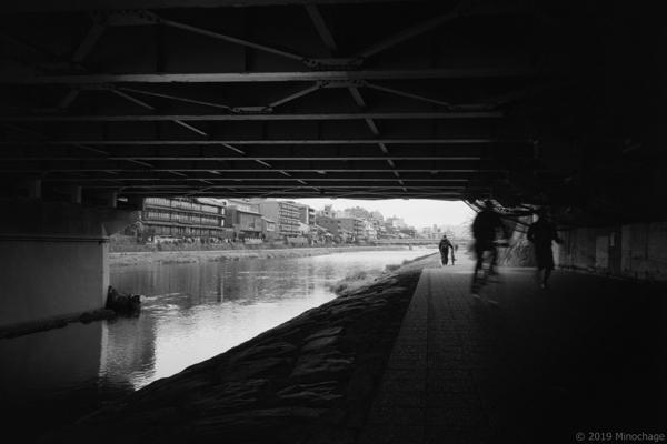鴨川 橋の下で